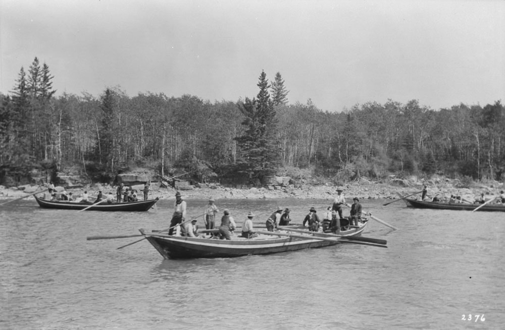 A Métis York boat brigade at Cumberland House, Sask., 1912. (Photo: LIBRARY AND ARCHIVES CANADA, PA-017395)