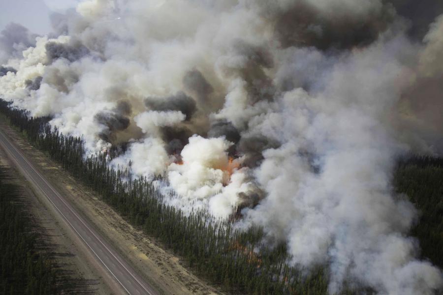 Les feux de forêt s'enflamment sur le long de l'autoroute de Yellowknife, au sud de Behchokò (T.N.-O.), en 2014. Les chercheurs étudient l'influence des feux à long terme sur les lacs et les cours d'eau.