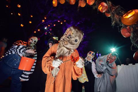 halloween horror nights, trick r' treat, scare zone, universal orlando resort