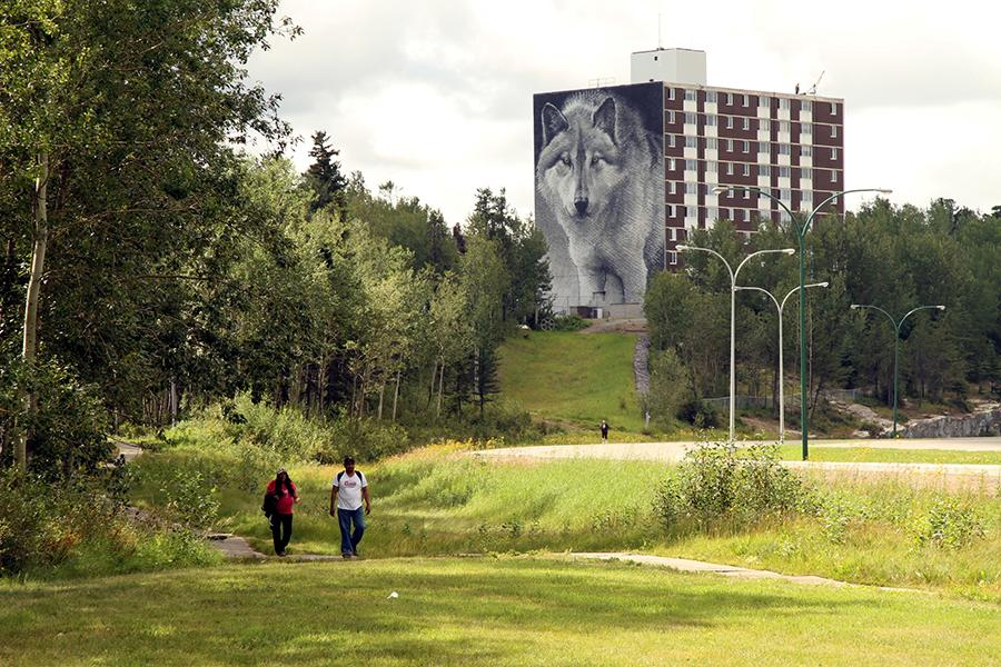 Robert Bateman wolf mural along the Spirit Way. (Photo: Robyn Hanson/Travel Manitoba/Flickr (CC BY-NC-ND 2.0))