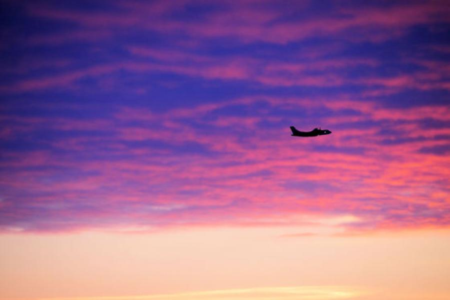 A plane takes off into the afternoon sunset from Iqaluit. (Fiona Hunt/CG Photo Club)