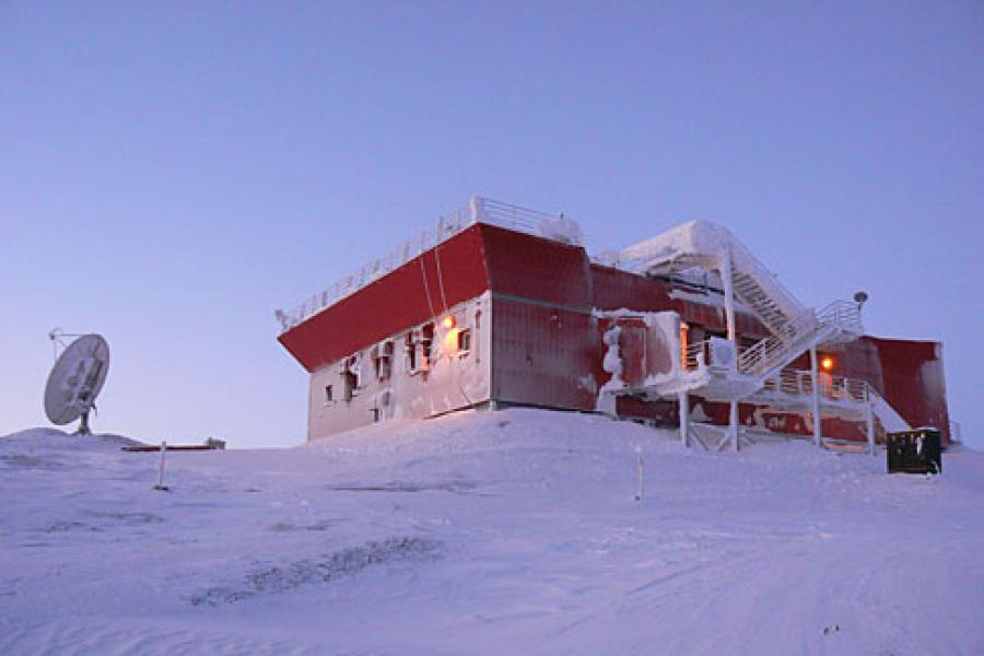 The Ridge Lab of the Polar Environment Atmospheric Research Laboratory (PEARL) located at Eureka, Nunavut (80N, 86W) on Ellesmere Island