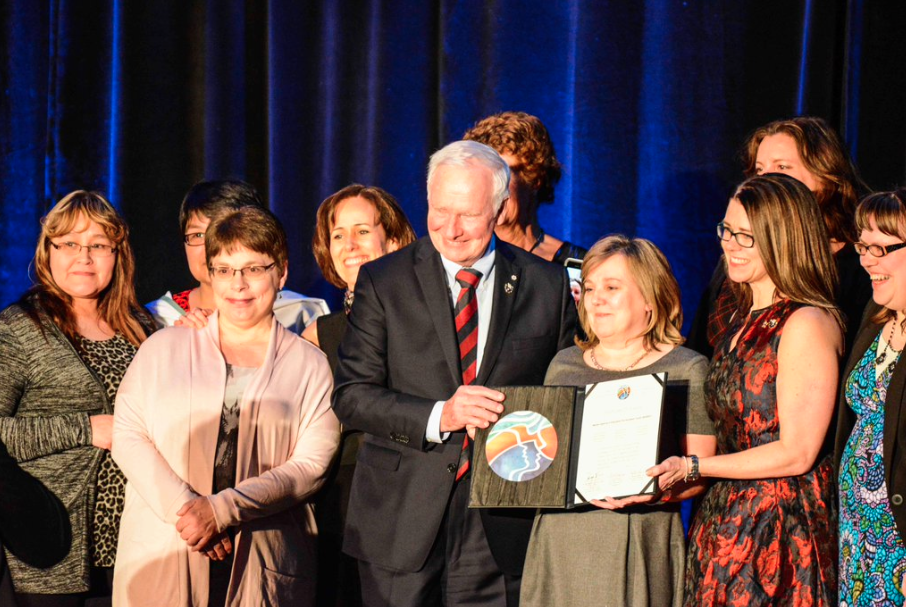 Governor General David Johnston awards Arctic Inspiration Prize to one of the 2015 laureates, Better Hearing in Education for Northern Youth