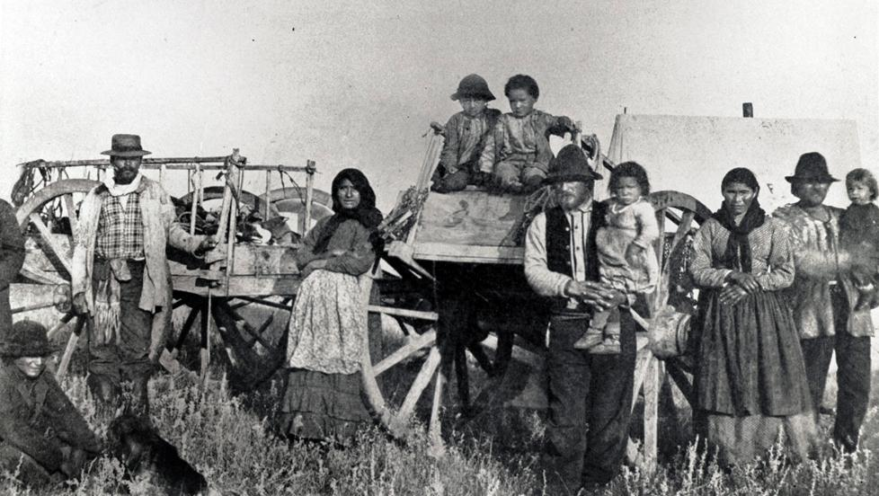 A Métis family with Red River carts in North Dakota, 1883 (Photo: STATE HISTORICAL SOCIETY OF NORTH DAKOTA, A4365)