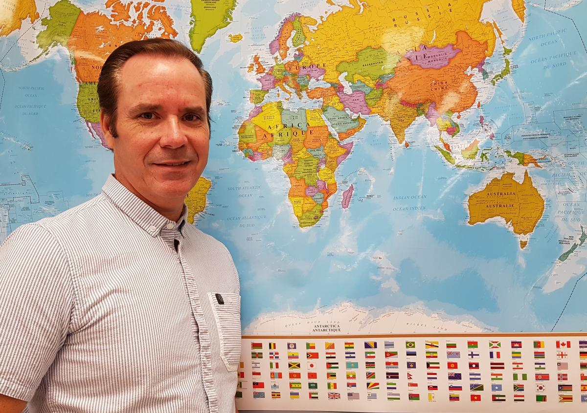 Geography teacher draws world map in four minutes